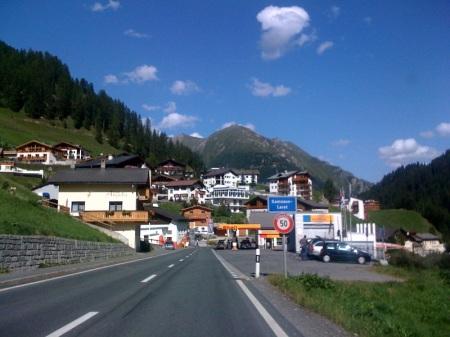 Einfahrt in einen Ortsteil von Samnau