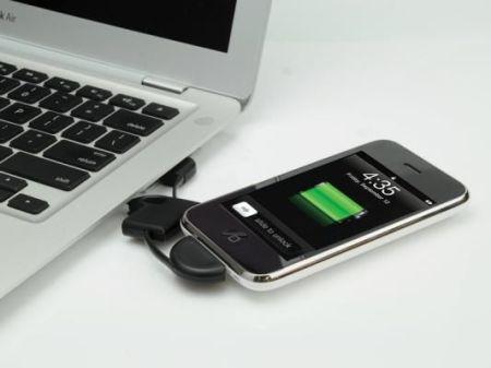 Das Scosche flipSYNC-Kabel hängt am Schlüsselbund und versorgt das iPhone mit Strom vom Mac.