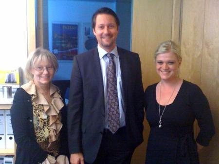 Andreas Scheuer mit seinen Mitarbeiterinnen Doris und Teresa in Berlin - noch ohne iPad.