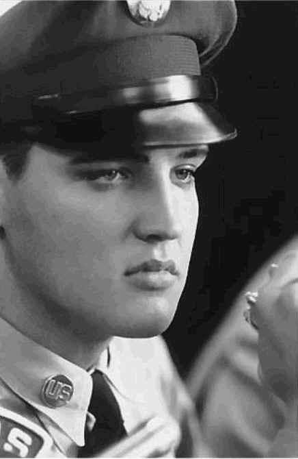 Elvis in Deutschland. Es gibt noch unbekannte Bilder von ihm. Dieses ist natürlich bekannt.