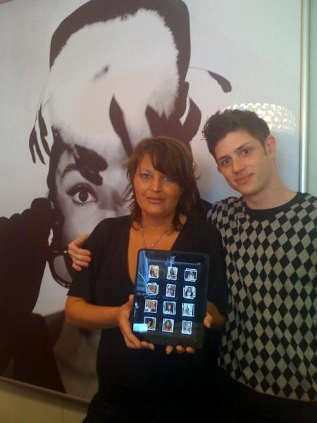 Ein Teil des Teams von Lars Nicolaisen und einem iPad.