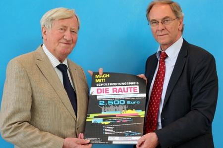 """Hans Zehetmair und Franz Guber präsentieren das Plakat zum Schülerzeitungswettbewerb """"Die RAUTE"""""""