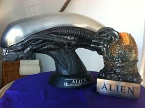 Familienzusammenführung: Alien Kopf und Alien Ei.