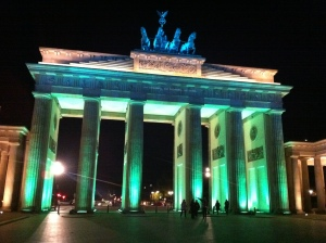 Das Brandenburger Tor beim Festival of Lights in Licht gehüllt.
