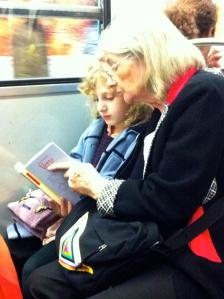 Vorlesestunde in der Pariser Metro.