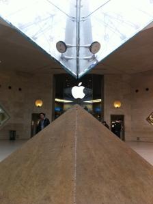 Das Grab von Maria Magdalena am Eingang zum Apple Store Paris.
