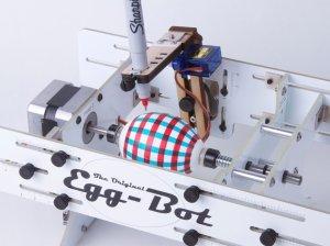 Dieser Robo bemalt Ostereier.