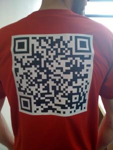 QR-Code auf einem T-Shirt.