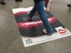 QR-Code am Boden des Münchner Hauptbahnhofs.