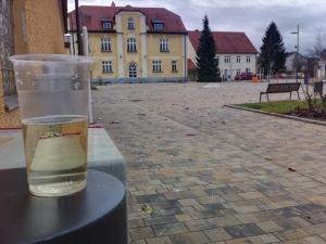 Leeres Sektglas vor dem Rathaus.