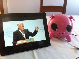 Upps, Ministerpräsident Seehofer spricht aus einer rosa (Boxen-)Sau.