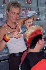 Friseurmeisterin Sonja Fischer, einem eingefleischten Deutschland-Fan in klassischem SCHWARZ-ROT-GOLD. Fotograf: Maurice