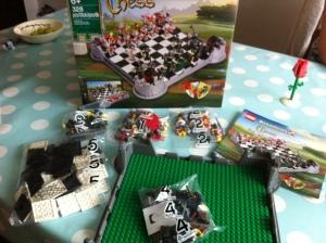 Das Lego Schach Set wird in fünf Beutel geliefert.