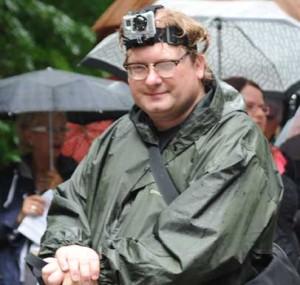Im Regen mit der Hero auf dem Kopf.