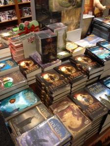 Bücher rund um Mittelerde warten auf Käufer.