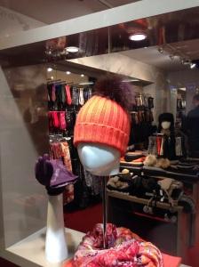 In den teuren Münchner Boutiquen sind Bommelmützen wieder da.