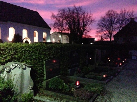 Maisacher Pfarrkirche St. Vitus samt Friedhof im Abendrot.