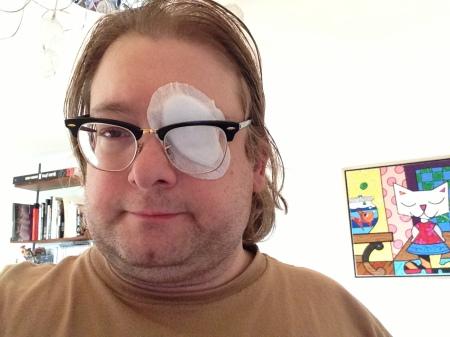 Einen Verband aufs Auge macht den Kerl nicht unbedingt schöner.