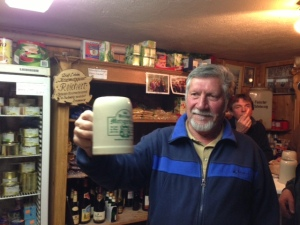 Freundliche Begrüßung mit einem Bier durch einen Gast. So mag ich Franken.