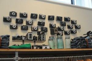 Alte Kodak Instamatic Kamera in einem Modegeschäft - nicht zur Überwachung.