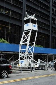 Unübersehbar: Überwachungsturm der New Yorker Polizei vor dem neuen World Trade Center.