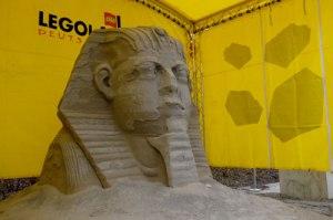 Eine Sphinx aus Sand am Eingang.