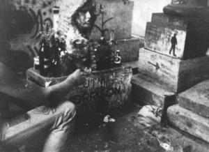 Besuch am Grab von Kim Morrison in den achtziger Jahren.