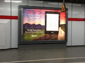 Klassische Plakatwerbung von Amazon in der S-Bahn.