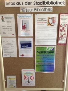 Plakate weisen auf Neuerungen hin: eBooks, WLAN und Facebook