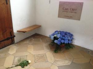 Das Grab von Carl Orff in der Klosterkirche Andechs in der Schmerzhaften Kapelle.