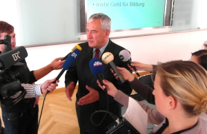 Ludwig Spaenle bei der PK zur Eröffnung des Schuljahres. Foto: Ministerium
