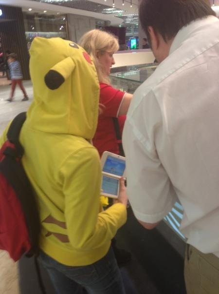Pikachu beim Bezahlen.
