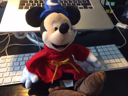 Mein Zauberlehrling im Arbeitszimmer.