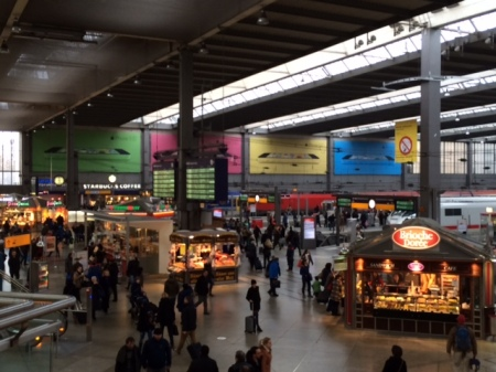 Apple beherrscht mit seiner Werbung den Münchner Hauptbahnhof.