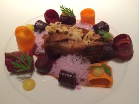 Poltinger Lammschulter mit violetten Karotten, Koriandersaat und Ziegensahne