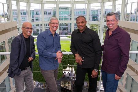 Jimmy Iovine (l), Tim Cook (m) und Andre Romelle Young, auch bekannt als Dr. Dre (r). Foto: Apple
