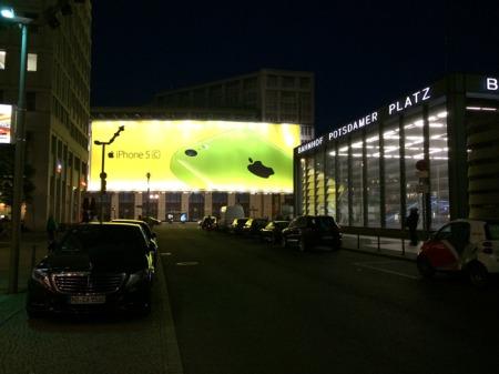 Apple Werbung am Potsdamer Platz.