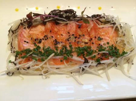 New Style Sashimi mit einer handgeangelten Forelle, Schwarzen Rettich und Shiso