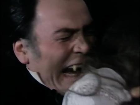 Jack Palance beißt zu.