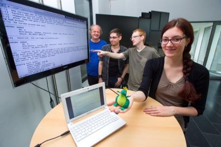 Jana Ott, Christian Eisenreich und Christian Willms, Studenten von Thierry Declerck (l.), haben ein Programm entwickelt, das Märchen vorlesen kann.