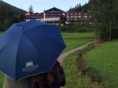 Urlaub im Regen, aber Hauptsache gut beschirmt.