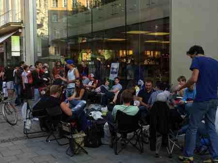 Die Ersten vor dem Münchner Apple Retail Store.