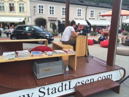 Schöne Idee - StadtLesen in Salzburg am Mozartplatz.