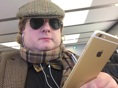 Dieser junge Mann hat sein iPhone immer am Mann.