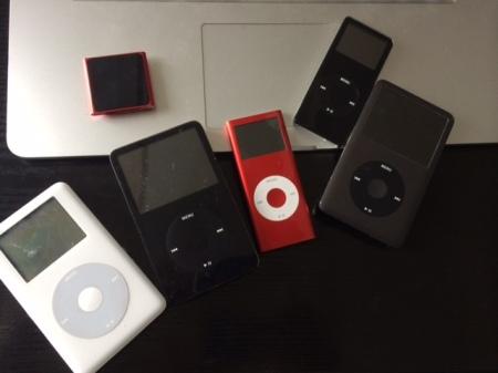 Rechts, der aktuelle iPod classic.
