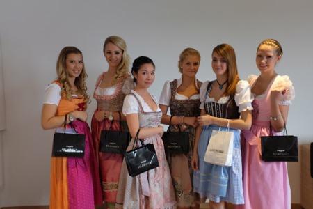 Ein Teil der Spielerfrauen des TSV 1860 München mit ihren Wiesn-Frisuren vom Haarstudio Wieser.