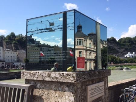 Staatsbrücke in Salzburg mit Kunstwerk Beyond Recall