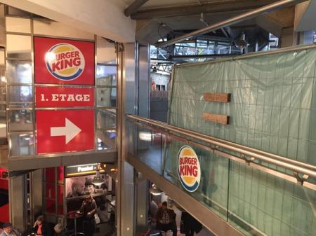 Mit einer Plane ist das Burger Restaurant am Hauptbahnhof München verhängt.