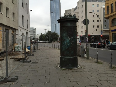 Die Litfaßsäule an der Münzstraße in Berlin.