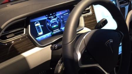 Modern ist das Cockpit des Tesla auf jeden Fall.